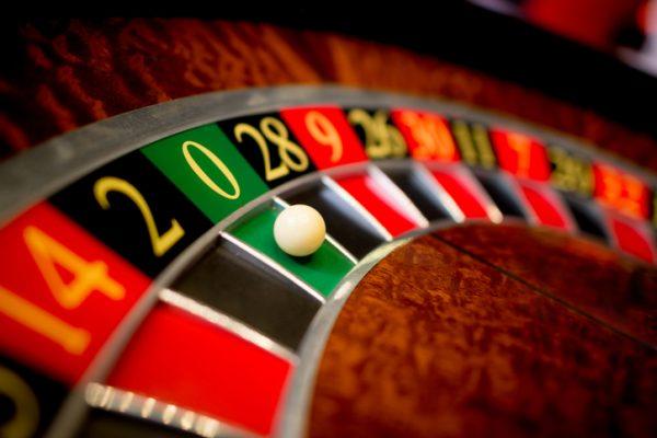 croupier, métier, salle de jeu, casino, formation, qualités requises, concentration, formation, saaire, diplôme, Orient'Action accompagne les reconversions professionnelles